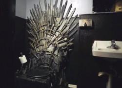 Un verdadero «trono» de hierro en el lavabo de un bar