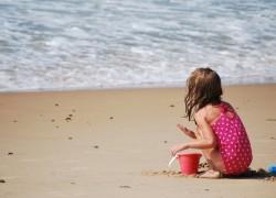 Estos muñecos enseñan a los niños la importancia de usar crema solar