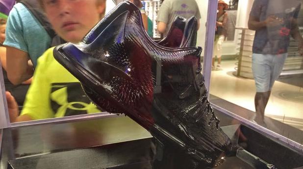 Unas zapatillas de Nike cobran vida gracias al ferrofluido