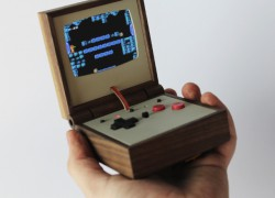 Una consola de madera inspirada en la Game Boy Advance SP