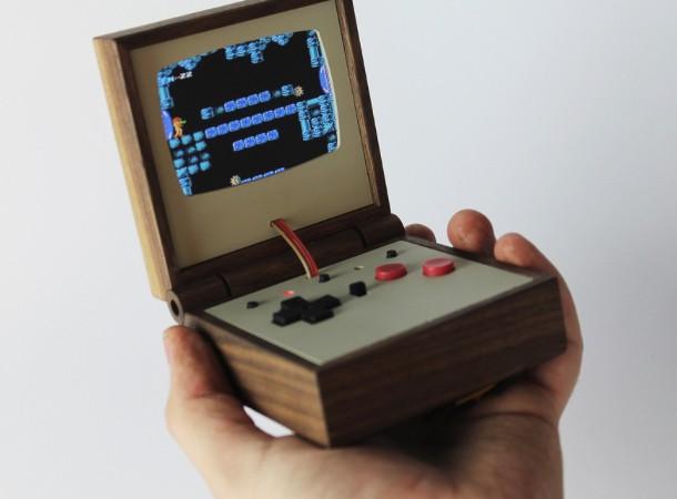 Una consola de madera inspirada en la Game Boy Advance SP