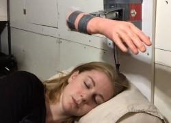Un despertador que abofetea a los más remolones hasta que lo apagas