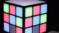 Altavoz iluminado con forma de cubo de Rubik