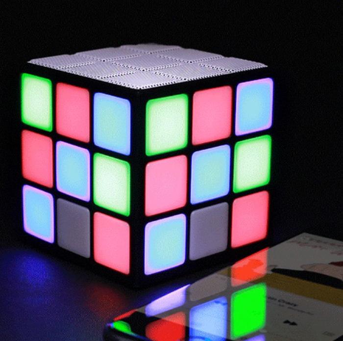 Altavoz Bluetooth iluminado con forma de cubo de rubik