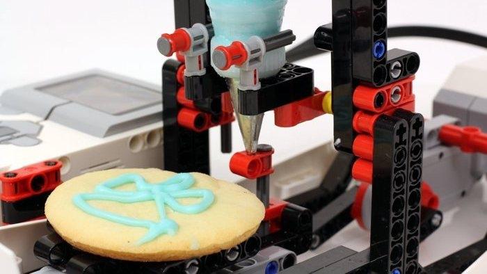 Ahora puedes tener tu propia máquina de LEGO que decora galletas