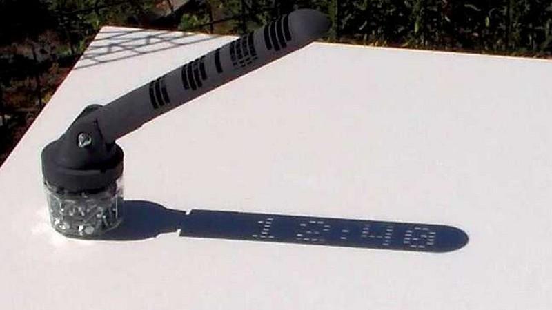 """Original reloj de sol que muestra la hora con números """"digitales"""""""