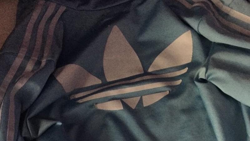 ¿De qué color es esta chaqueta deportiva?