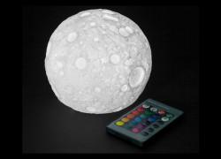 La Luna en tu mesa con esta lámpara LED multicolor