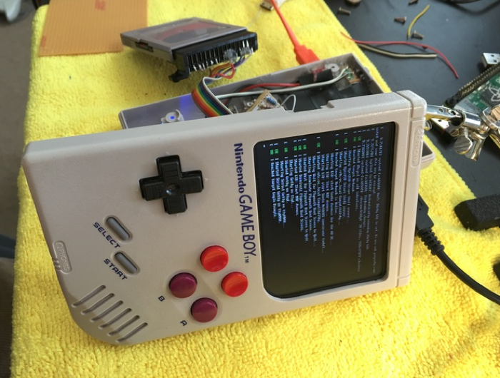 Nostálgico de la Game Boy la modifica y le añade una Raspberry Pi