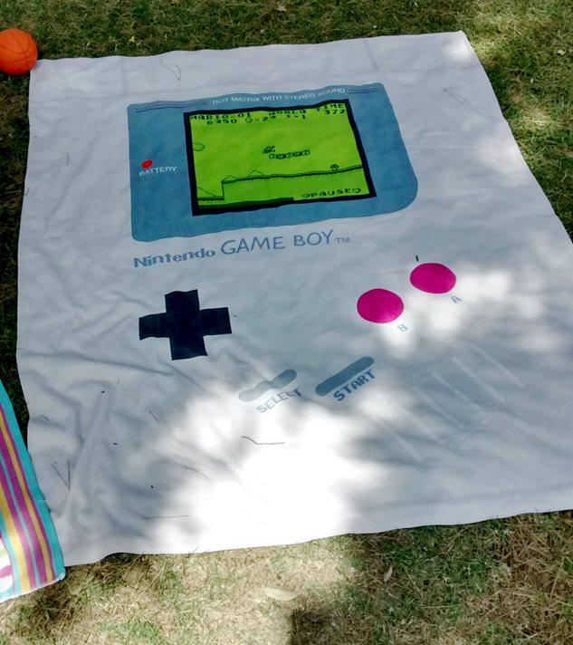 Este verano luce toalla friki de GameBoy en la playa