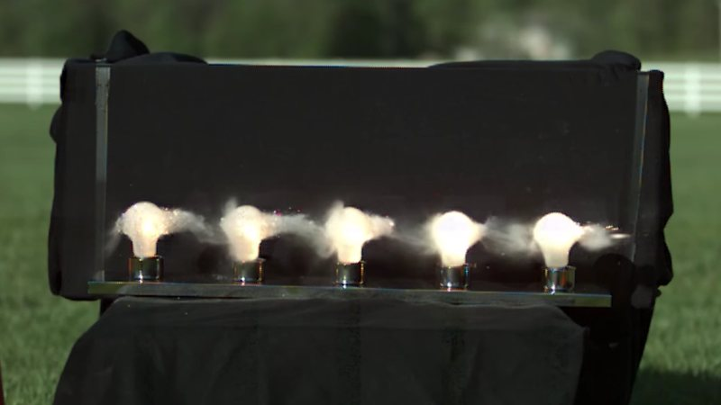 Una bala atraviesa 5 bombillas a 62.000 fotogramas por segundo
