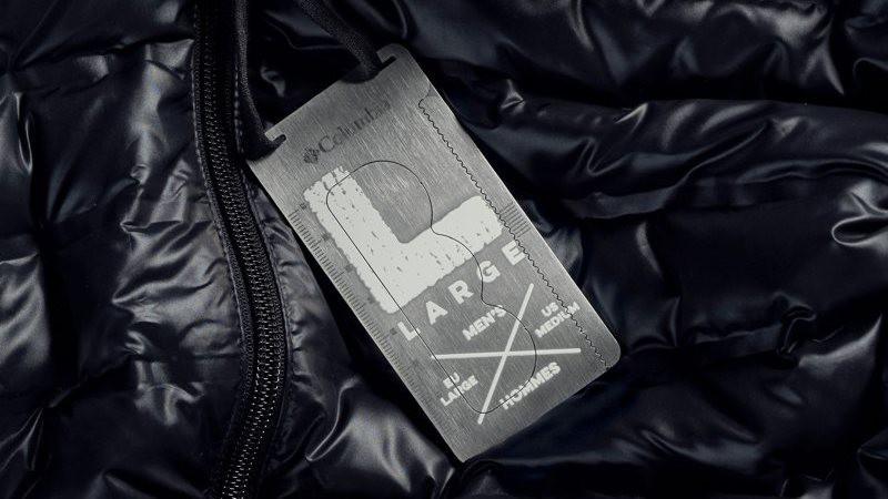 Etiquetas de ropa que sirven como herramientas de supervivencia