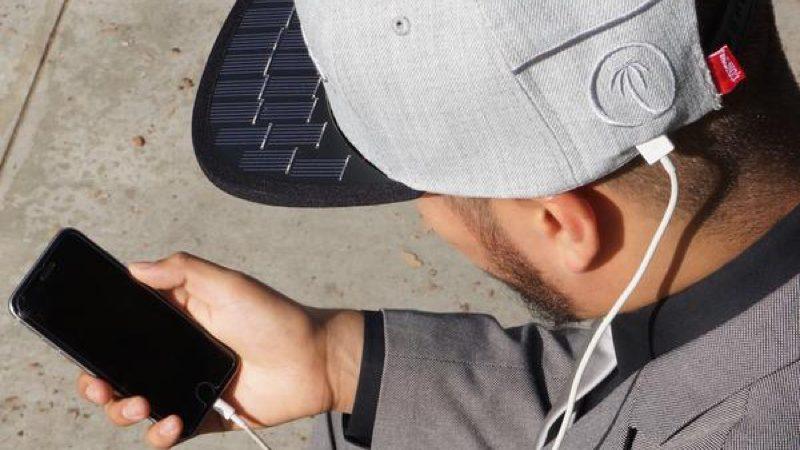 Esta gorra con paneles solares puede cargar tu móvil