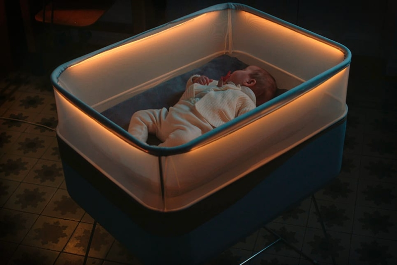Esta cuna simula un viaje en coche para dormir a tu bebé