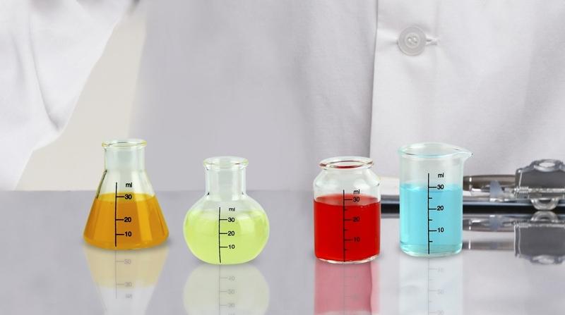 Chupitos en vasos de laboratorio