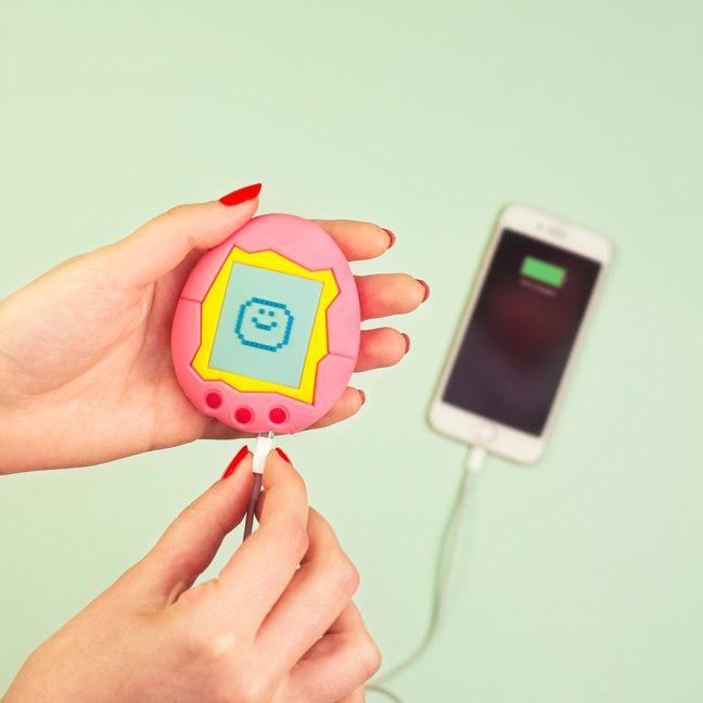 Carga tu móvil como en los 90 con el Tamagotchi Charger