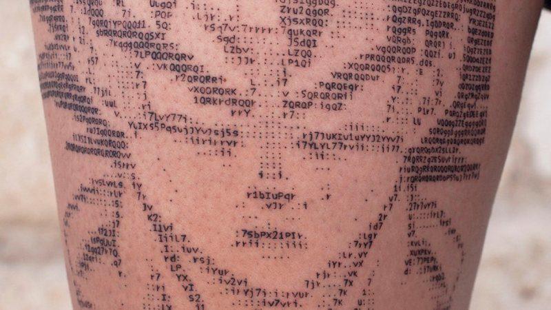 Este chico hace tatuajes… ¡en ASCII!